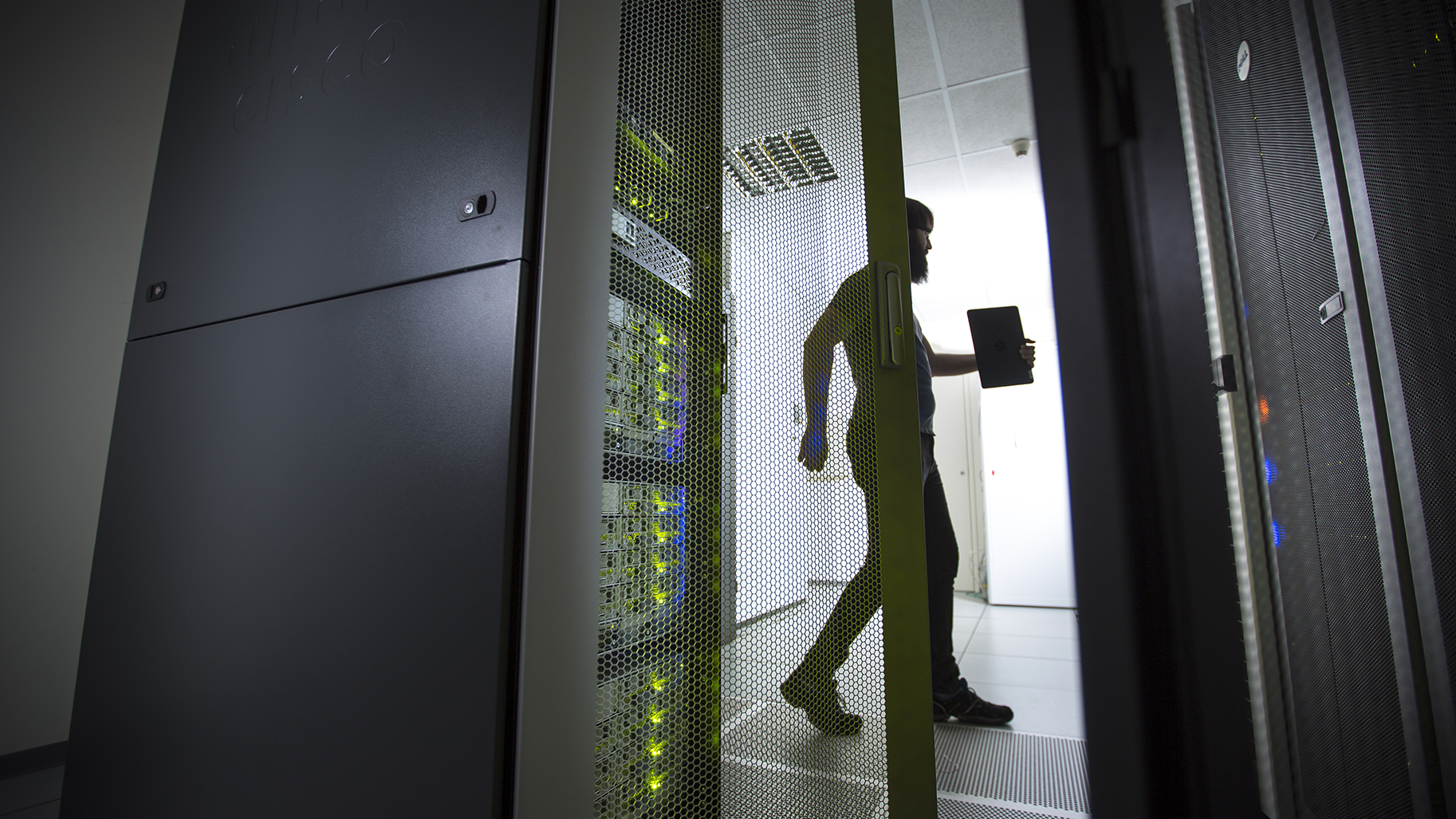 Homme dans un data center