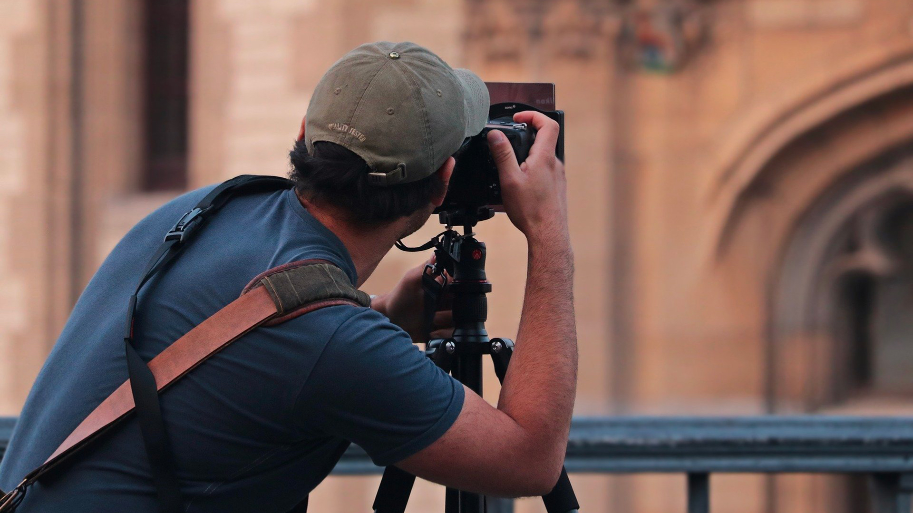 Un photographe qui prend en photo un monument
